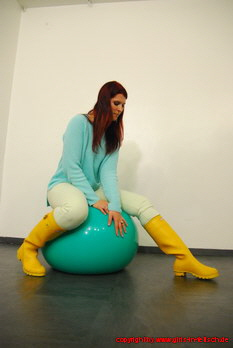 Melissa in yellow Hunter rubber boots